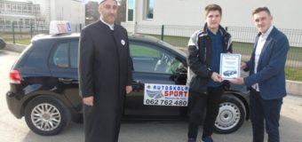 """Dobročinstvo na djelu – Autoškola """"Sport""""  poklonila besplatno polaganje vozačkog ispita učeniku Muhamedu Kadriću"""